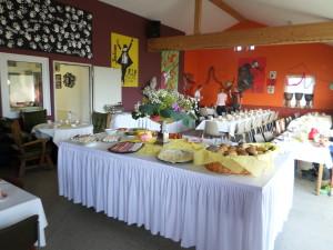 na de nacht in de Sporthal een heerlijk ontbijtbuffet!